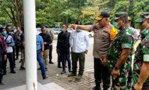 TINJAU | Kapolda Papua dan Pangdam XVII Cenderawasih saat meninjau lokasi penembakan di OB 1. (Foto: Muji/SP)