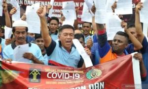 Sejumlah narapidana memperlihatkan surat pembebasan dari masa pidana di Lapas Kelas I Tanjung Gusta Medan, Sumatera Utara, Kamis (2/4/2020). (Foto: Antara Foto/Septianda Perdana)