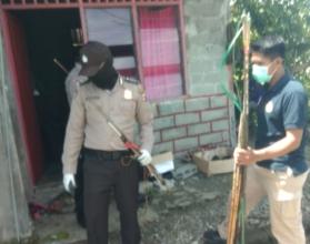 AMANKAN | Aparat kepolisian Polres Mimika saat mengamankan senjata perang tradisional dari rumah-rumah warga. (Foto: Ist/SP)
