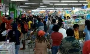 ANTRIAN DI KASIR | Tampak warga Kota Jayapura menyerbu salah satu pusat perbelanjaan sebagai dampak berita hoax yang berderar melalui media sosial (Foto: Ist/SP)