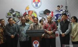 Menpora Zainudin Amali (tengah) didampingi sejumlah pengambil keputusan (stakeholder) cabang-cabang olahraga memberikan keterangan terkait kelanjutan kompetisi olahraga usai rapat tertutup di Jakarta, Jumat (13/3/2020). ANTARA FOTO/Akbar Nugroho Gumay/aww.
