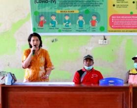 ARAHAN   Kepala Dinas Koperasi dan UKM Mimika Ida Wahyuni memberikan arahan kepada pelaku UKM di tengah pandemi virus corona. (Foto: Ist/SP)