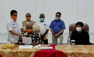 BACAKAN | Wakil Gubernur Papua, Klemen Tinal saat membacakan surat keputusan tanggap darurat. (Foto: Ist)