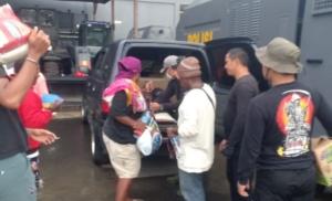 AMANKAN | Enam orang penyuplai bahan makanan ke KKB saaat diamankan anggota Polres Mimika. (Foto: Ist/SP)