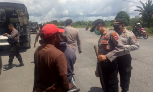 RAZIA | Razia yang dilakukan oleh gabungan TNI-Polri di perempatan Irigasi. (Foto: Ist/SP)