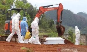 Suasana pemakaman jenazah PDP virus corona di TPU Buper Waena, Distrik Heram, Kota Jayapura, Minggu (05/04/2020). (Foto: Antara/HO Humas Polda Papua/am)