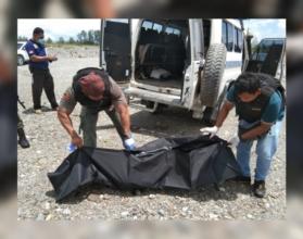 EVAKUASI   Polisi ketika membungkus potongan kaki manusia yang ditemukan di kali area Freeport untuk dibawa ke kamar jenazah RSUD Mimika. (Foto: Ist)