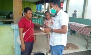 BAGI HAND SANITIZER | PMD KAHMI asmat ketika membagikan hand hanitizer kepada pedagang di pasar. (Foto: Fagi/SP)