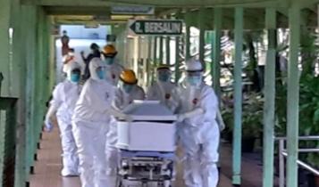 TIM MEDIS | Tim medis saat mendorong peti jenazah dari salah satu pasien Covid-19 menuju lokasi pemakaman. (Foto:Ist/SP)